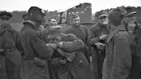 Der Vorstoß der Roten Armee in Ost-Polen erfolgte weitestgehend kampflos. Die Weststaaten bewerteten ihn nicht als Aggression. In der Ukraine und Weißrussland wurde der Vorstoß als Wiedervereinigung gefeiert. Foto: Friedliches Treffen sowjetischer und polnischer Soldaten, 20. September 1939.