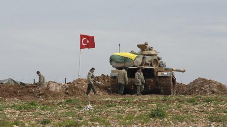 Archivbild: Türkische Soldaten und ein Armeepanzer in Syrien