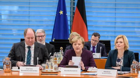 Bundeskanzlerin Angela Merkel (Mitte) und Julia Klöckner, Bundesministerin für Ernährung, Landwirtschaft und Verbraucherschutz, trafen sich am 03.02.2020 mit Vertretern der Lebensmittelwirtschaft im Bundeskanzleramt in Berlin.