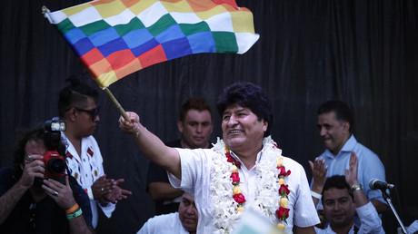 Evo Morales schwenkt bei einer politischen Veranstaltung in der argentinischen Hauptstadt Buenos Aires die sogenannte Wiphala, ein Symbol der indigenen Bevölkerung.