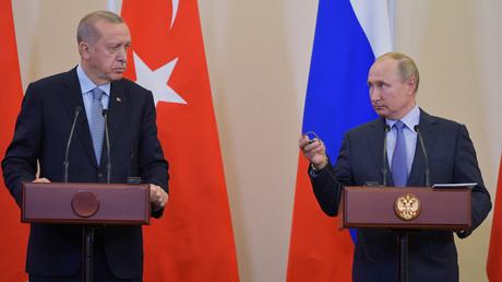 Russlands Präsident Wladimir Putin währen eines Treffens mit seinem türkischen Amtskollegen Recep Tayyip Erdoğan in Sotschi