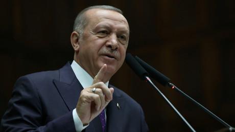 Der türkische Präsident Recep Tayyip Erdoğan spricht vor Mitgliedern seiner regierenden AKP während eines Treffens im Parlament von Ankara, Türkei, 5. Februar 2020