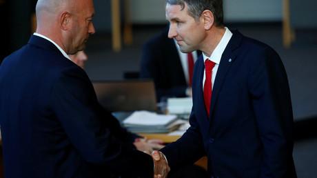 Björn Höcke, Fraktionsvorsitzender der AfD im Thüringer Landtag (r.), gratuliert dem Kandidaten der FDP, Thomas Kemmerich, nachdem dieser am 5. Februar 2020 im Thüringer Landtag in Erfurt, offenbar auch mit Stimmen der AfD, zum neuen Ministerpräsidenten gewählt wurde.