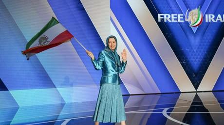 MEK-Führerin Mariam Radschawi schwenkt auf einer Veranstaltung in Frankreich die iranische Fahne mit Löwen-Motiv, wie sie bis zum Ende der Herrschaft des Schahs 1979 gültig war. (Villepinte, 30. Juni 2018)