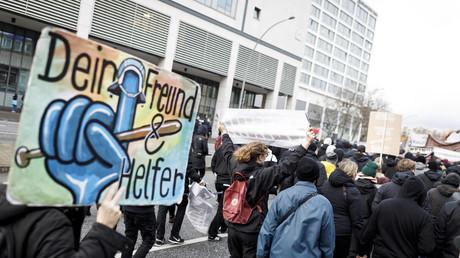 Polizisten haben besondere Befugnisse wie den Zugang zu personenbezogenen Daten. Bild: In Hamburg protestieren Bürger gegen eine geplante Ausweitung der Datafizierung, 1. Februar 2020.