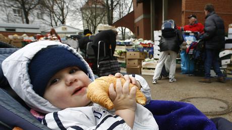Kinder von Hartz-IV-Beziehern haben nach Regelsatz nicht einmal genug für gesunde Ernährung. Bild: Kind bei der Tafel