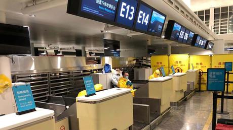 Personal in Schutzanzügen wartet auf die Kontrolle der Passagiere, die in Wuhan an Bord eines Fluges gehen. Dieser wurde vom US-Außenministerium gechartert, um US-Amerikaner und Kanadier wegen des Ausbruchs des Corona-Virus aus China zu evakuieren.