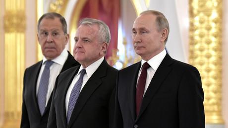 Der russische Außenminister Sergej Lawrow, der neue US-Botschafter in Russland, John Sullivan und der russische Präsident Wladimir Putin während der Zeremonie im Kreml für die neuen Botschafter in Russland, 5. Februar 2020.