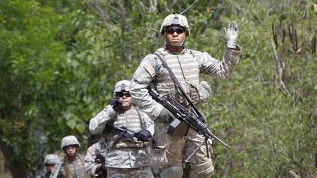 Ein US-Soldat gibt ein
