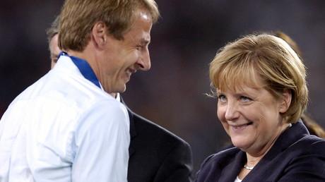 Klinsmann und Merkel bei der WM 2006: Das Lachen ist ihnen derzeit allerdings  vergangen ...