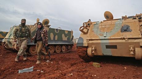 Von der Türkei mit schwerem Kriegsgerät unterstützte Kämpfer in der Ortschaft Sarmin, nahe der jüngst von der syrischen Armee eroberten Stadt Sarakib. (11. Februar 2020)