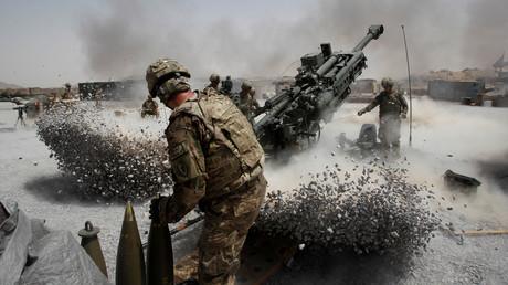 (Archivbild). Soldaten der US-Armee feuern am 12. Juni 2011 mit Haubitzen-Artillerie auf den vorgeschobenen Feuerstützpunkt Seprwan Ghar im Distrikt Panjwai, Provinz Kandahar im Süden Afghanistans.