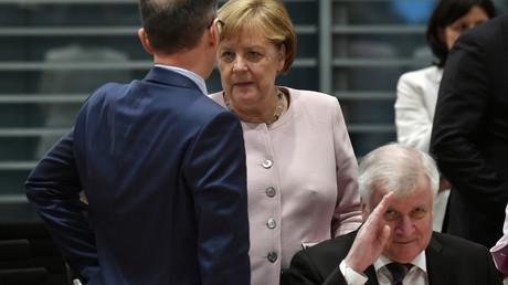 Alles nur ihre Schuld? Ex-Verkehrminister Peter Ramsauer beschuldigt Kanzlerin Angela Merkel und Innenminister Horst Seehofer für das Debakel um die Pkw-Maut verantwortlich zu sein. (Bild vom 06.06.19)