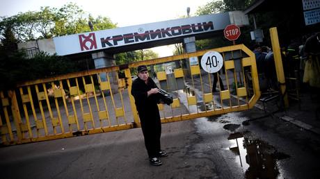 Ein Arbeiter steht 2009 vor dem verschlossenen Eingang des größten bulgarischen Stahlproduzenten Kremikovtzi am Stadtrand von Sofia. Das Stahlwerk wurde etwa  2005 vom indischen Mittal-Konzern gekauft und stellte 2010 seinen Betrieb ein. Ein Jahr später wurde es von einem Jung-Unternehmer gekauft.