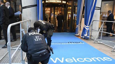 Polizisten kontrollieren am 14. Februar 2020 eine Schranke am Haupteingang des Hotels