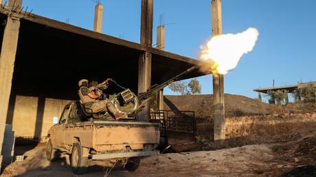 Ein Kämpfer der aus al-Qaida hervorgegangen HTS feuert mit einer Flugabwehrkanone irgendwo im Süden der syrischen Provinz Idlib (Bild vom 07.08.19).