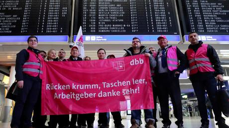 Gewerkschaftsmitglieder mit einem Transparent während eines Streiks für höhere Löhne auf Deutschlands größtem Flughafen in Frankfurt am Main, 15. Januar 2019.