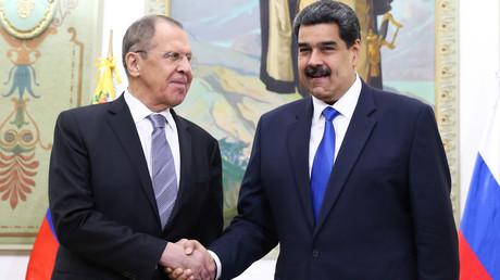 Nicht nur für Russland und dessen Außenminister Sergei Lawrow (l.) bleibt der Präsident Venezuelas Nicolás Maduro (r.) die erste Adresse bei diplomatischen Beziehungen, sondern auch für viele Staaten, die den selbst ernannten