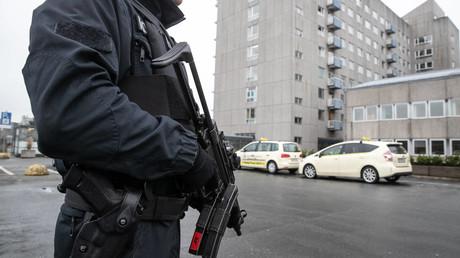Polizei Hannover kontrolliert derzeit alle Zufahrten und Wege auf dem Gelände der Medizinischen Hochschule Hannover. Schwer bewaffnete Beamte stehen an Eingängen. Ein mutmaßliches Mafia-Mitglied aus Montenegro soll derzeit auf der Intensivstation medizinisch versorgt werden.