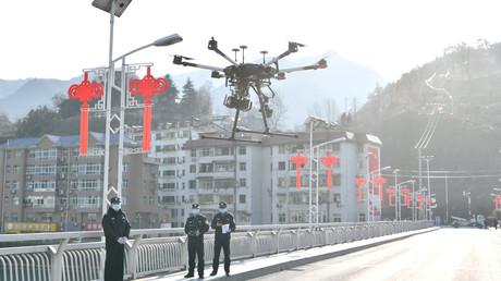 Chinesische Polizeibeamte setzen eine Drohne ein, um Informationen über die Prävention und Kontrolle des neuen Coronavirus in Baokang zu verbreiten.