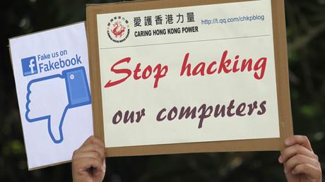 Ein Demonstrant der pro-chinesischen Gruppe