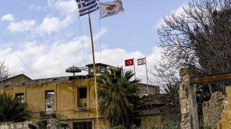 Fahnen von Griechenland, der Republik Zypern, Türkei und der Türkischen Republik Nordzypern wehen auf einem zerstörten Gebäude in der UN-Pufferzone der geteilten Hauptstadt Nikosia (Bild vom 7. Februar).