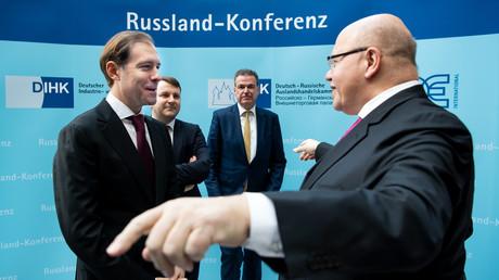 Bundeswirtschaftsminister Peter Altmaier im Gespräch mit dem russischen Handelsminister Denis Manturow während der Russland-Konferenz des DIHK.