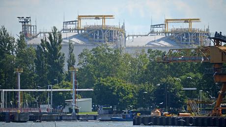 Leere Versprechen statt Erdgas: Wohin führt die Unterstützung der USA für die Drei-Meer-Initiative? (Archivbild: Entladungsterminal für Flüssigerdgas in Swinemünde, Polen. 05. August 2017)