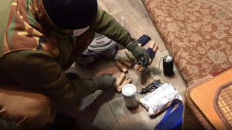 Ein Sicherheitsbeamter zeigt selbstgefertigte Sprengkörper, die in Kertsch beschlagnahmt wurden