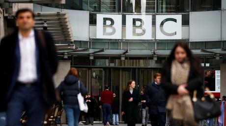 Fußgänger gehen am Hauptsitz der British Broadcasting Corporation (BBC) in London vorbei.
