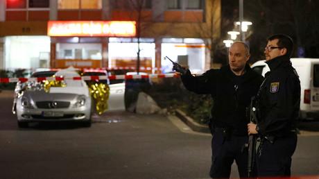 Polizisten haben einen der Tatorte abgesperrt.