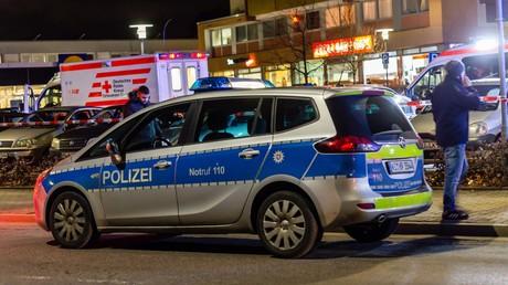 Polizei- und Krankenwagen stehen vor einer Bar in der hessischen Stadt Hanau, wo am 19.02.2020 mehrere Menschen erschossen wurden.