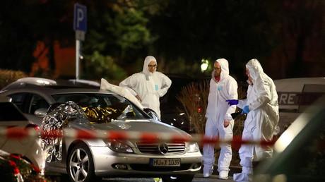 Ermittler in Hanau untersuchen ein Fahrzeug, auf das der Täter geschossen hatte.