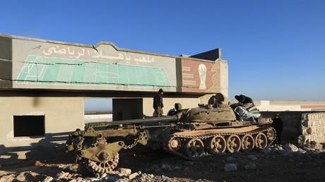 Türkei vor strategischer Niederlage in Idlib wegen Nichterfüllung des Sotschi-Abkommens (Archivbild: Soldaten der Syrischen Arabischen Armee mit ihrem Panzer samt Minenrolle in al-Deir al-Scharkij im Südosten der Provinz Idlib. 25.01.2020)