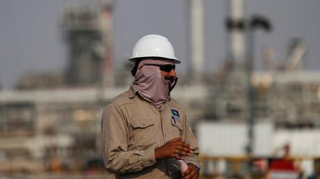 Ein Angestellter besichtigt die Ölfabrik von Saudi Aramco in Abqaiq