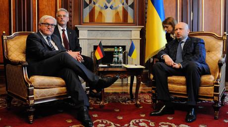 Der damalige deutsche Außenminister Frank-Walter Steinmeier trifft nach dem Putsch gegen Wiktor Janukowytsch den eingesetzten Präsidenten des ukrainischen Parlamentes und zugleich Übergangspräsidenten des Landes, Oleksandr Turtschynow, 13. Mai 2014, Kiew.