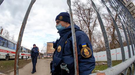 Ein ukrainischer Polizist bewacht das Gelände, auf dem die Evakuierten untergebracht wurden. (Poltawa, 21. Februar 2020)