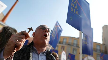 Ein katholischer Demonstrant gegen das neue Gesetzesvorhaben in Lissabon, Portugal 20. Februar 2020.