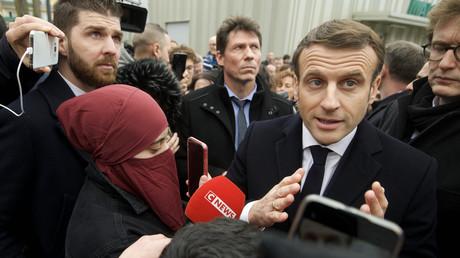 Frankreichs Präsident Emmanuel Macron wird von Reportern belagert, nachdem er erklärte, dass seine Regierung den