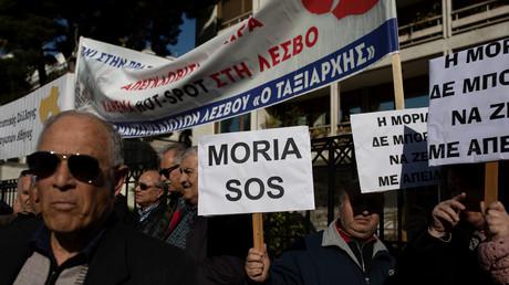 Bewohner der Insel Lesbos demonstrieren  wegen überfüllter Migrantenlager und gegen die Einrichtung neuer Lager auf den Ägäischen Inseln vor dem Innenministerium in Athen, Griechenland, am 13. Februar 2020.