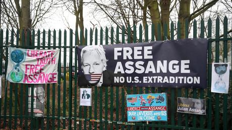 Vor dem Woolwich Crown Court hängen Plakate mit Unterstützungsbekundungen für Julian Assange, London, Großbritannien, 24. Februar 2020.
