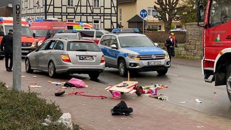 Ein Mann steuerte am Montag seinen Mercedes-Kombi in eine Menschenmenge in Volkmarsen. 30 Menschen wurden verletzt.