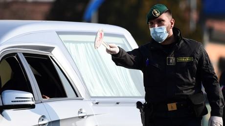 Ein italienischer Beamter führt am 24. Februar 2020 Kontrollen vor den Toren der Kleinstadt Zorlesco durch. In Italien sind ganze Städte für zwei Wochen unter Quarantäne gestellt.