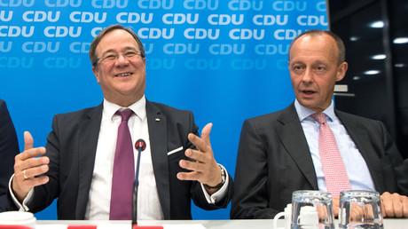 06. November 2018, Nordrhein-Westfalen, Düsseldorf: Armin Laschet, Ministerpräsident des Landes Nordrhein-Westfalen (links) und Friedrich Merz sitzen vor Beginn der CDU-Landesvorstandssitzung am Präsidiumstisch. Jetzt kandidieren die beiden für den CDU-Vorsitz.
