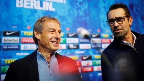 Da waren sie noch gute Freunde. Oder doch nicht?  Jürgen Klinsmann und Sportdirektor Michael Preetz während einer Pressekonferenz am 27. November 2019 in Berlin.