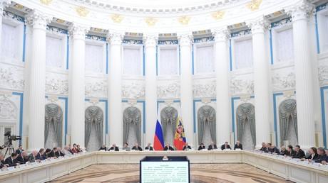 Der russische Präsident Wladimir Putin trifft sich am 26. Februar 2020 in Moskau mit Mitgliedern der Arbeitsgruppe zur Änderung der Verfassung.