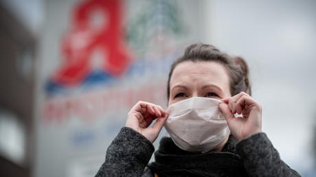 Eine Frau trägt einen Mundschutz vor einer Apotheke in Nordrhein-Westfalen: Die Nachfrage nach Atemschutzmasken in Apotheken in Deutschland ist in den letzten Tagen stark erhöht.