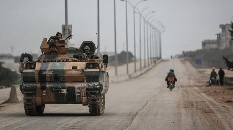 Ein Panzerfahrzeug der türkischen Armee nimmt gemeinsam mit sogenannten
