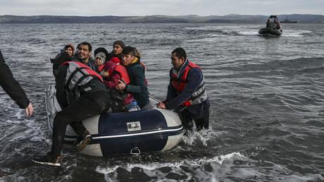 Die ersten Migranten landeten am Freitag auf der griechischen Insel Lesbos, nachdem die Türkei ihre Grenzen nach dem verheerenden Luftschlag auf ihre Truppen am Donnerstagabend geöffnet hatte.