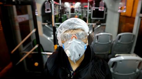 Ein Mitarbeiter reinigt einen Nahverkehrsbus in Teheran um die Weiterverbreitung des Coronavirus zu verhindern (Bild vom 26. Februar).